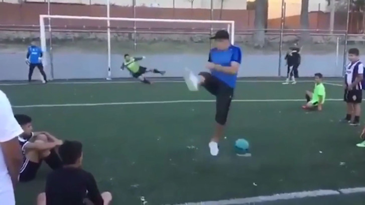 Straatvoetballer zet keeper totaal voor schut met penalty