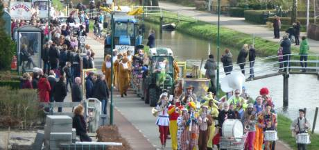 Groep jongeren valt van carnavalswagen in Schalkwijk: meerdere gewonden met botbreuken