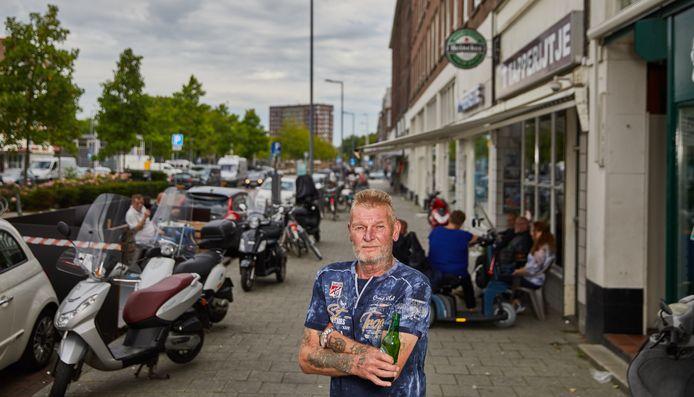 """Aad Gemmink (65) houdt van zijn kroeg aan de Pretorialaan en van een biertje: ,,Mijn ouders zeiden altijd: jij bent geboren op de biljarttafel."""""""