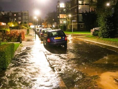 En opnieuw gutst het water door de Troelstrastraat in Apeldoorn