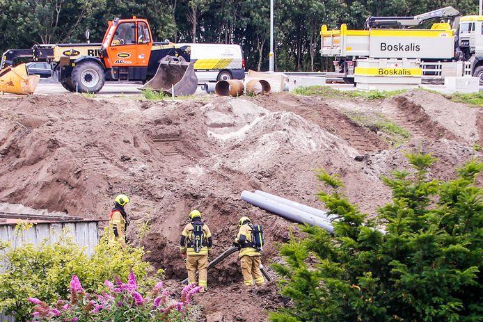 Bij werkzaamheden aan de Wieldrechtse Zeedijk in Dordrecht is een gasleiding kapotgetrokken.