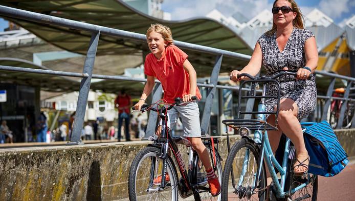 Cas maakt met zijn moeder een proefrit van zijn huis naar het gymnasium; dwars door het centrum van Rotterdam