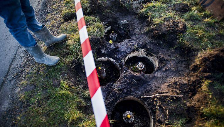 Onbekenden hebben afsluiters van gasleidingen opgegraven bij de gaswinningslocatie van de NAM in 't Zandt. Ze hebben borden achtergelaten waarop staat 'Afzender Bommend Berend'. Beeld ANP