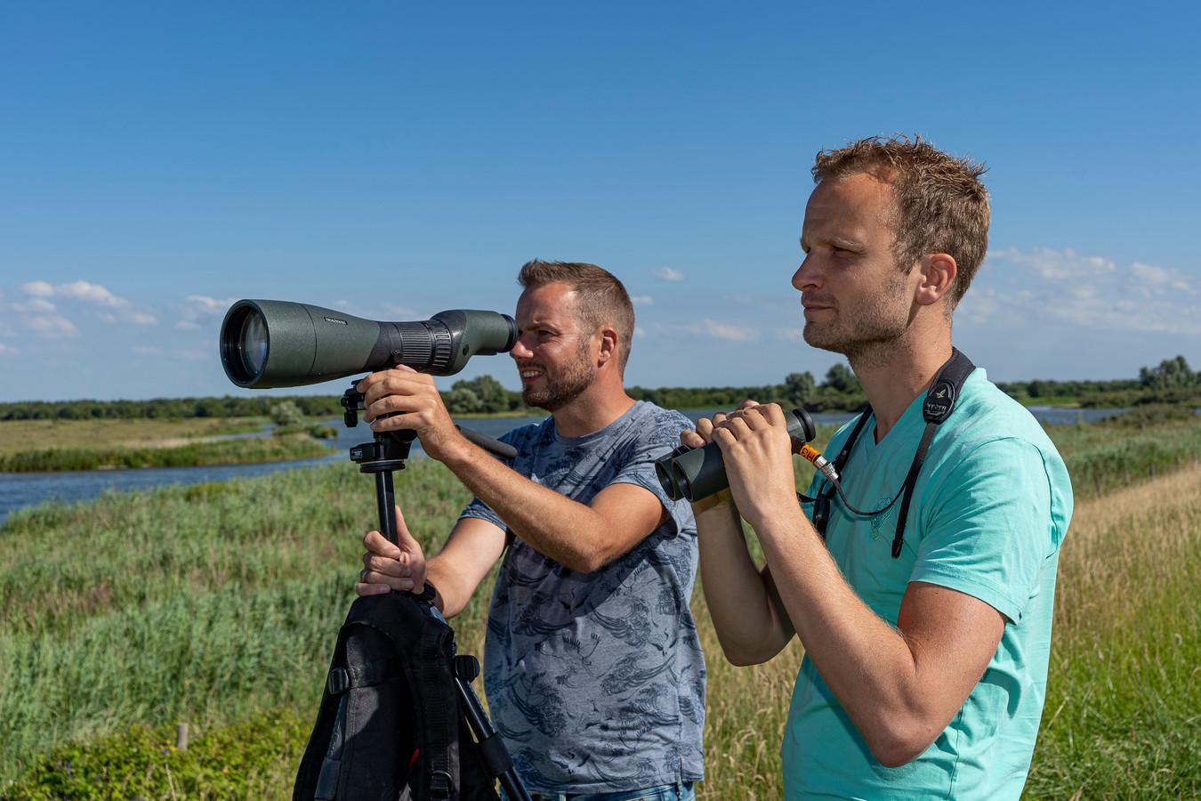 Ecoloog Dirk van Straalen (l), en beleidsmedewerker Kees van der Vlugt van Stichting Het Zeeuwse Landschap spotten vogels in het Volkerak