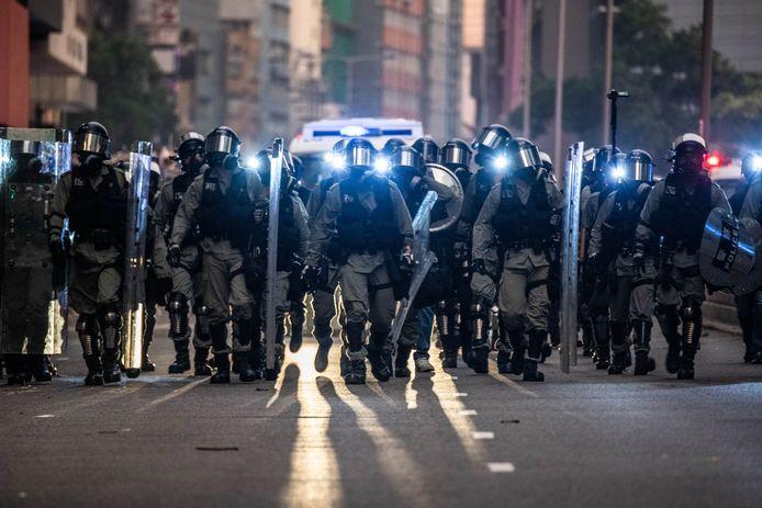 De sfeer werd grimmig toen de politie traangas gebruikte en waterkanonnen inzette. Betogers reageerden met molotov-cocktails en andere projectielen.