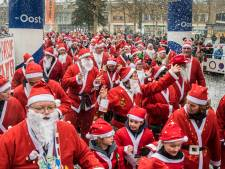 Kerstmannen lopen in Hengelo 6161 euro bij elkaar