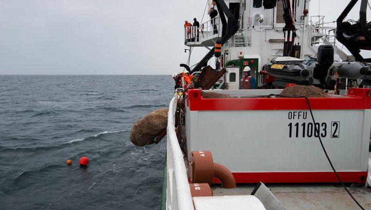 Greenpeace gooit grote zwerfkeien in natuurgebied de Klaverbank. Beeld anp