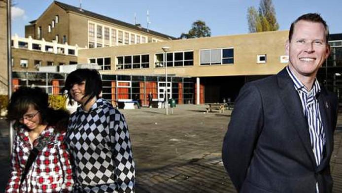 Eric van 't Zelfde bij de Hugo de Groot-school in Rotterdam.