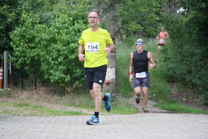 Deelnemers aan de 5 en 10 kilometer van de Hernense Stratenloop.