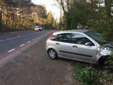 Auto vliegt uit de bocht en ramt lantaarnpaal in Bilthoven