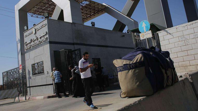 Palestijnen bij de grens met Egypte. Beeld afp
