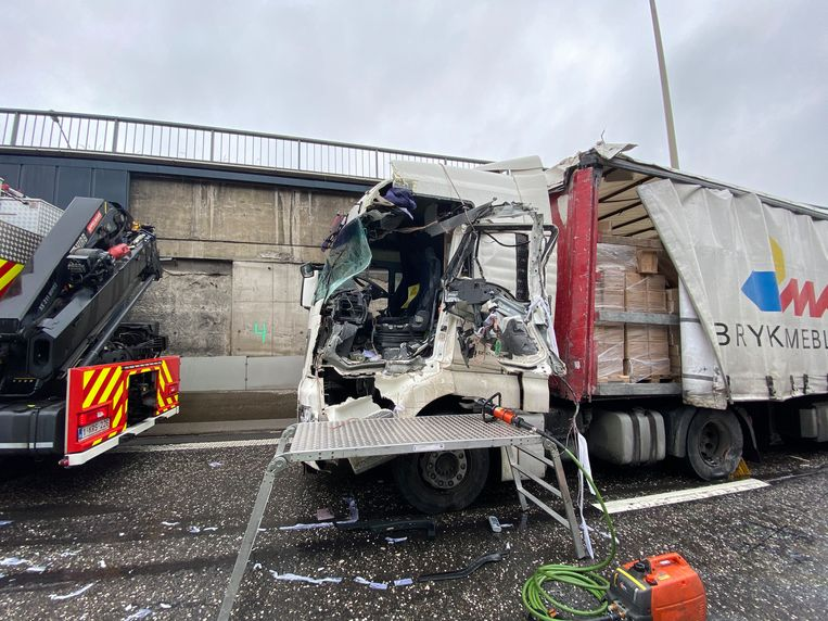 De chauffeur moest bevrijd worden door de brandweer.