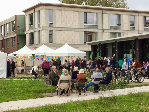 Op de achtergrond: het woonzorgcentrum voor 180 bewoners, vooraan het nieuwe paviljoen van het Gitschotelhof.