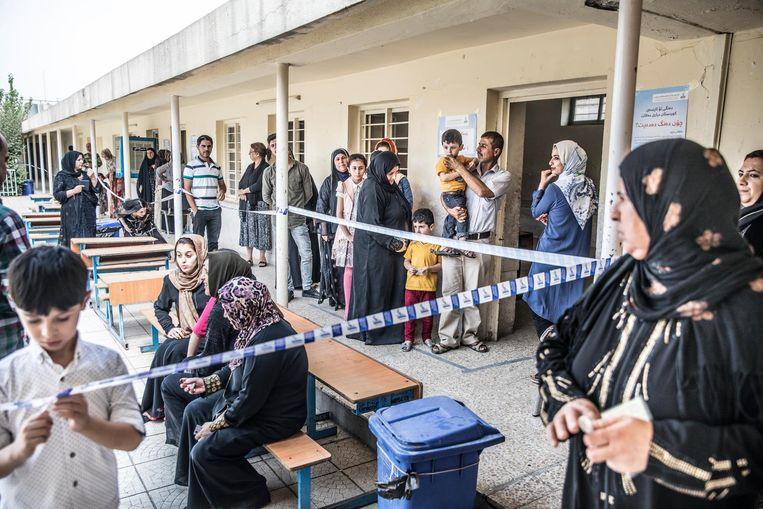 Wachten voor het stembureau in Erbil op de ochtend van de referendums dag over de onafhankelijkheid van Iraki Kurdistan. Beeld Marlena Waldthausen
