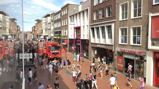 Van een winkel in de Nijmeegse Broerstraat komen gevelplaten naar beneden.