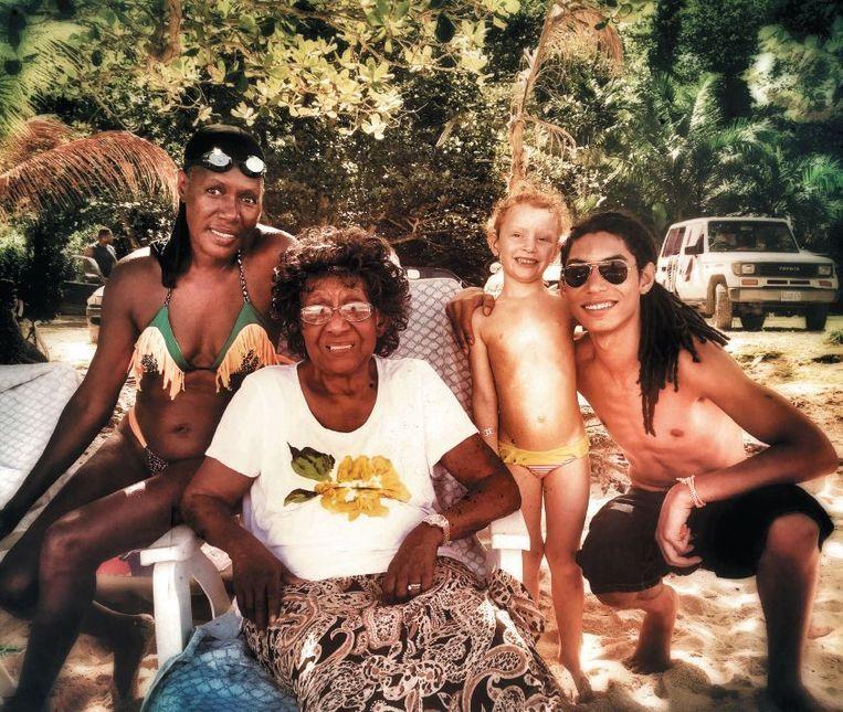 Grace Jones met haar moeder, zoon Paulo en diens dochter in Jamaice. Beeld Grace Jones Private Life Collection