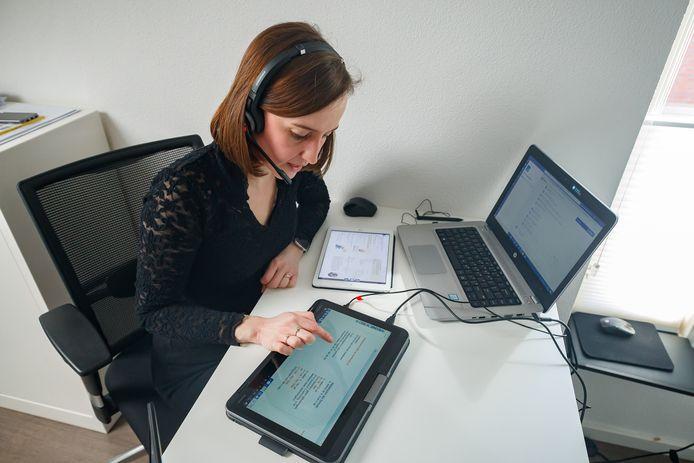 De KSE begint als een van de eerste scholen in de regio met online lesgeven nu scholen zijn gesloten vanwege het coronavirus. Lerares Vera Raijmakers geeft vanuit haar eigen huis, via de laptop, les aan een klas. Drie schermen: een chat met de leerlingen, een digitaal schoolbord en de lesstof.