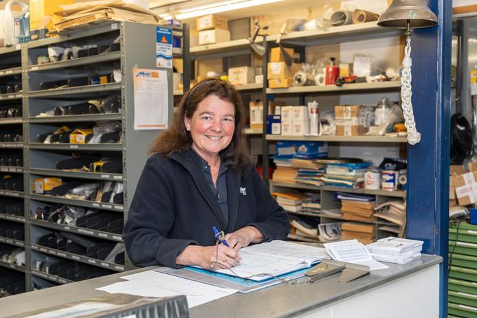 Nancy de Klerk houdt als administratief medewerker onder andere het magazijn bij en maakt afspraken met klanten.