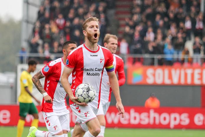Michael de Leeuw viert de 1-1, zijn 100ste in het Nederlandse betaalde voetbal.