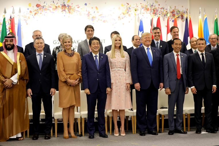 Koningin Máxima op de G20-top in het Japanse Osaka, rechts van haar voor de kijker gastheer premier Abe, eerste van links is de kroonprins van Saudi-Arabië Mohammed bin Salman.  Beeld AFP