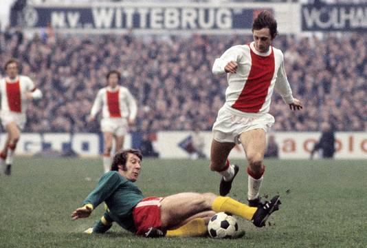 Johan Cruijff passeert Aad Mansveld als speler van Ajax in 1972.