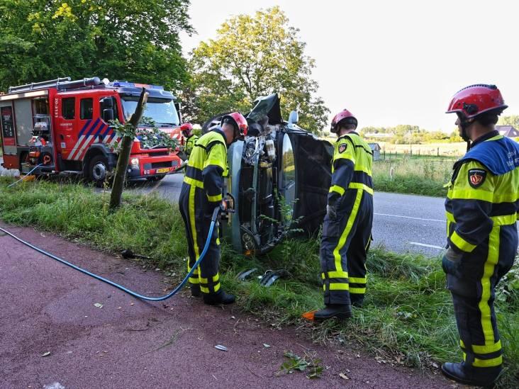Auto vliegt van de weg en dwars door boompje op Leursebaan in Breda