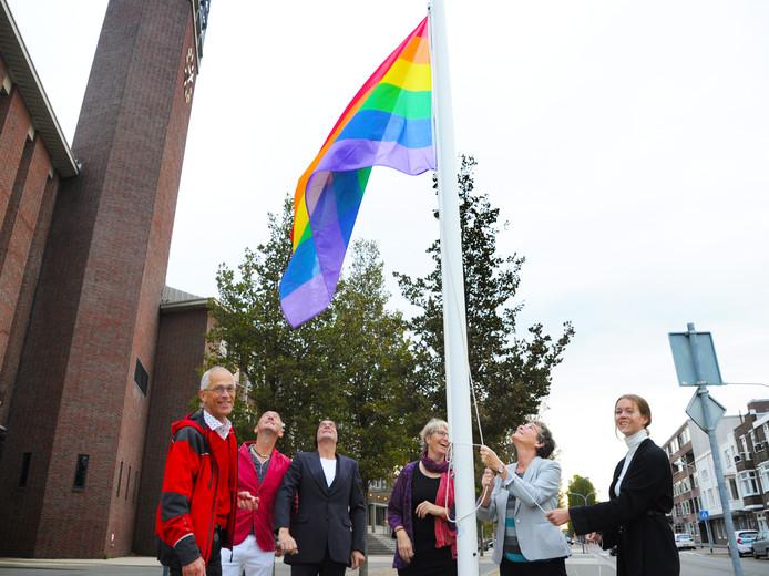 Hijsen regenboogvlag bij stadhuis Vlissingen, vlnr Kees Luteijn - Sacha Vaucouleur - Jaap van Klinken - Francis Tuinstra - Els Verhage en Jessica de Kraker