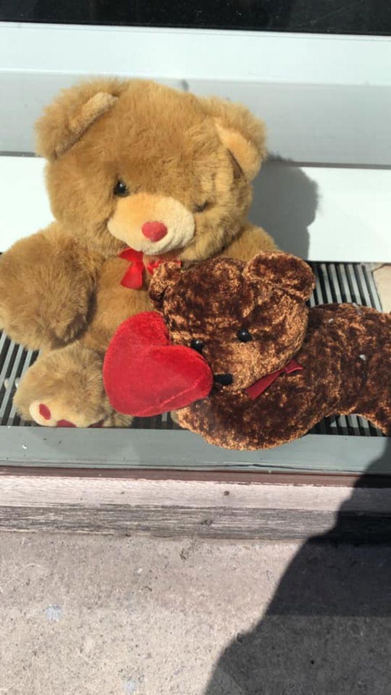 Zoek naar de teddyberen in het straatbeeld: krantenwinkel Eclips in de Meensesteenweg  op de Bosmolens in Izegem.