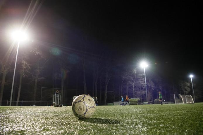 Zo'n 400.000 euro kost het vervangen van de lampen rond de voetbalvelden voor ledlampen. Het grootste deel moet volgens de gemeente voor rekening komen van de voetbalclubs.