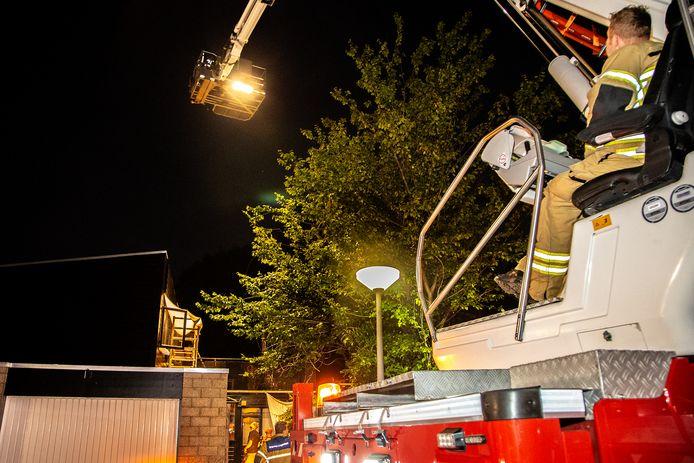 Nadat de hindernissen waren genomen kon de brandweer de brand in de woning aan de Arentsburg in Dordrecht blussen.
