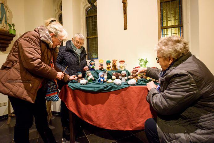 Enkele leden van het 40-jarig handwerkclubje uit Wintelre plaatsen gehaakte kerstbeelden in kapel naast de kerk. Vlnr: Ell Heuveling, Diny van den Bosch en Betsie Snelders.