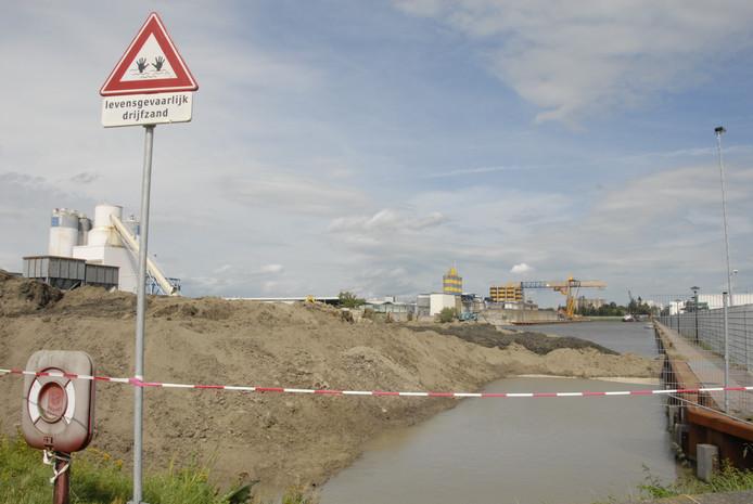 Het dempen van een deel van de dode arm van de Nieuwe Haven is in gang gezet.