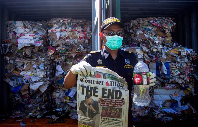 Inspection des déchets au port de Tanjung Perak, à Surabaya, sur l'île indonésienne de Java.