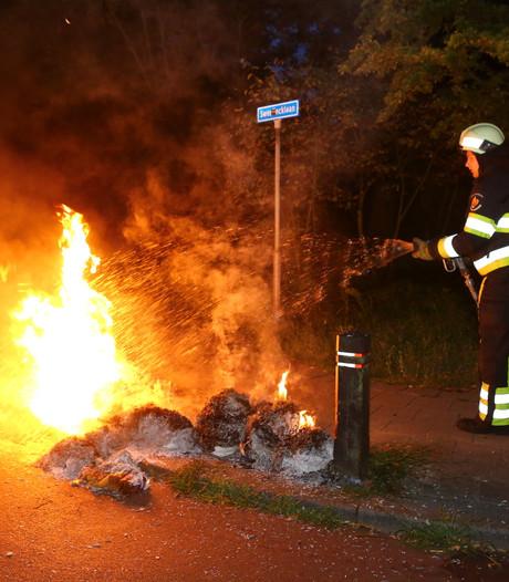 Vandalen steken oud-papier en kunststof palen in brand in Boxtel