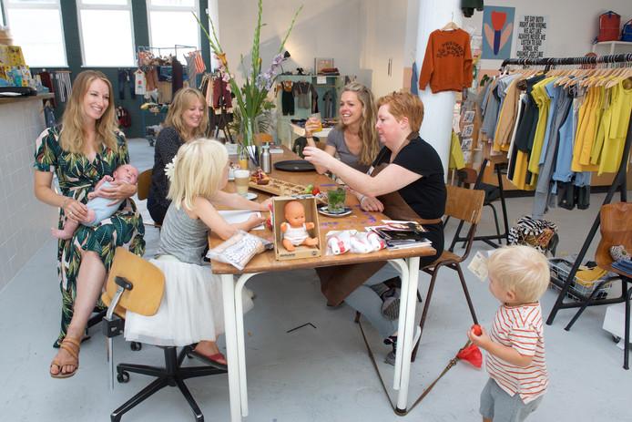 De initiatiefneemsters van Little Things Kids Concept Store met het 'mamacafé' bijeen in de winkel.