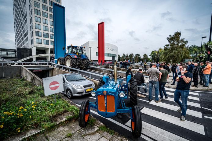 Boeren bezetten het provinciehuis in Utrecht. Zij protesteren, net als in Den Haag, tegen de voorgenomen stikstofmaatregelen.