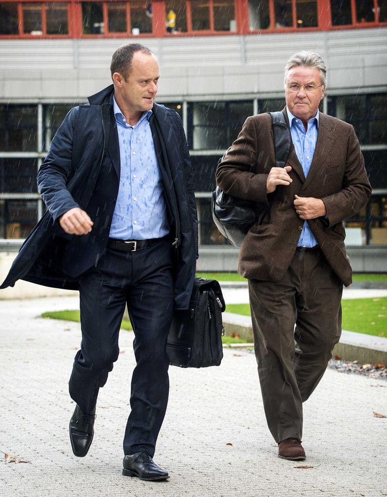 Bondscoach Guus Hiddink (R) verlaat samen met KNVB-directeur Bert van Oostveen het KNVB kantoor in Zeist Beeld anp