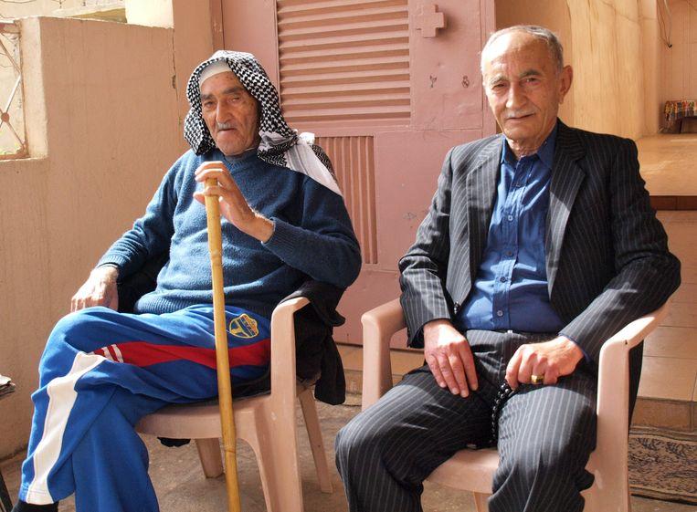 Sabah (rechts) bezoekt zijn oude vriend Shmoon. Beeld Judit Neurink