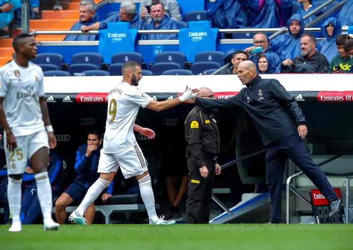 Karim Benzema en Zinedine Zidane afgelopen zaterdag tijdens Real Madrid - Levante (3-2).