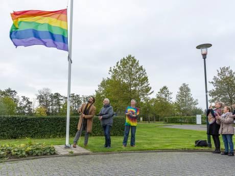 Regenboogvlag voor het eerst gehesen bij Thools en Reimerswaals gemeentehuis