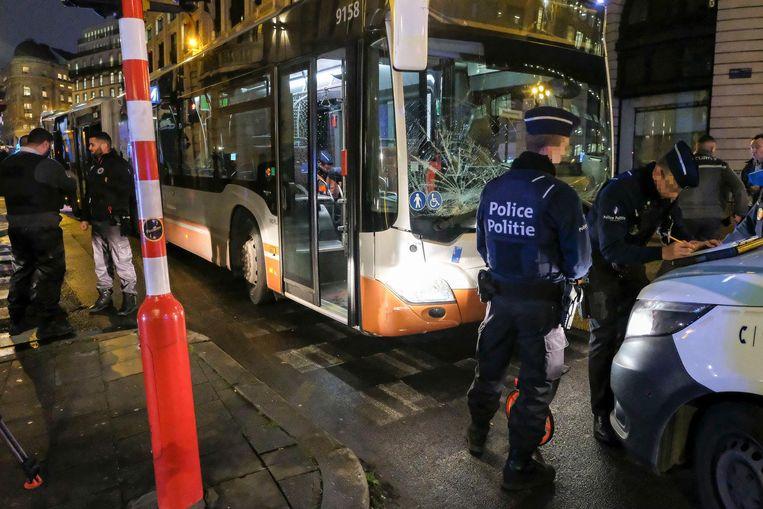 Agenten doen de vaststellingen ter hoogte van de beschadigde bus.