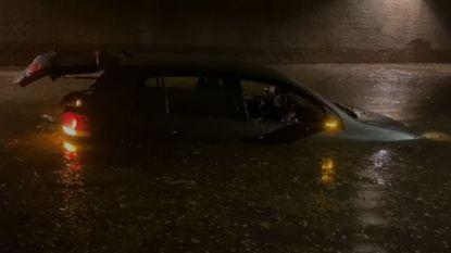 Onweer zet tunnel in Felix de Bethunelaan blank, twee auto's rijp voor de schroothoop