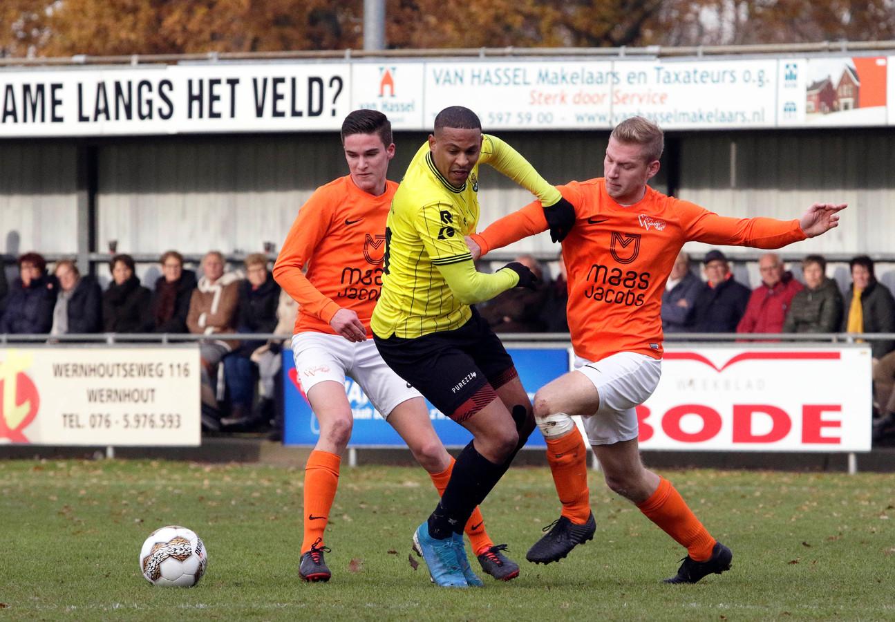 Fouad Idabdelhay wordt gesandwicht door twee spelers van Moerse Boys.