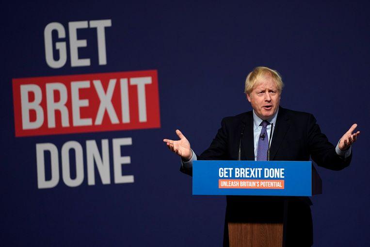 Premier Johnson tijdens de aankondiging van het verkiezingsmanifest.  Beeld EPA