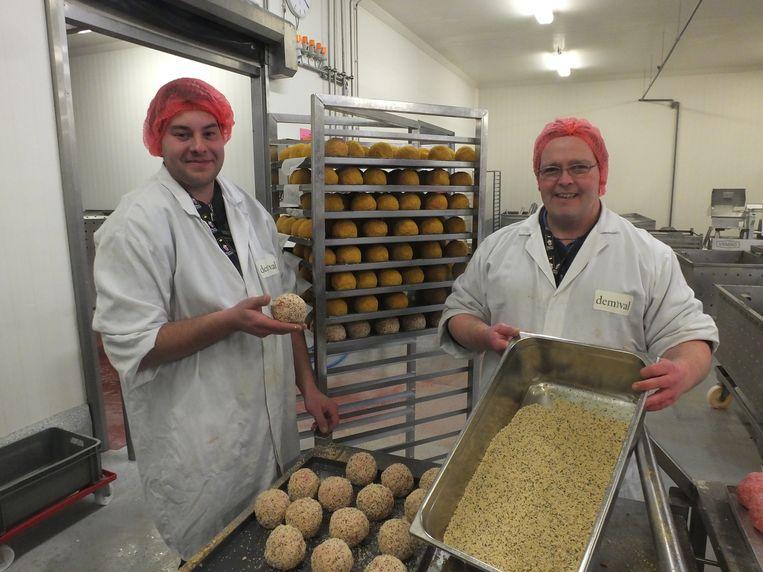 Steven Naessens en Bjorn Bouckaert geven de gehaktballen een jasje van paneermeel.