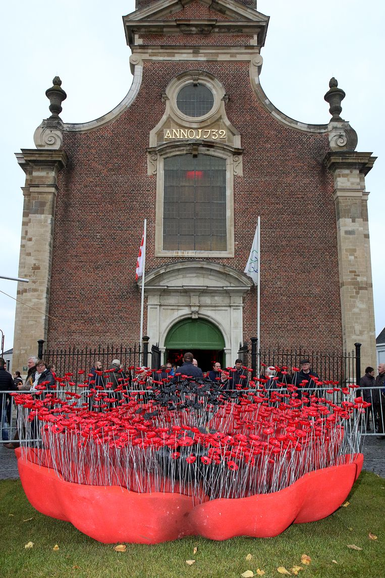 Aan de kerk van Opdorp werd een kunstwerk met honderden klaprozen voorgesteld