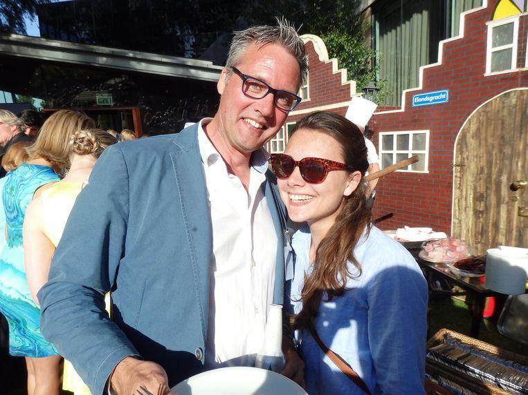 Aart Jan Koppert (Stadsschouwburg) staat met zijn dochter Saja in de rij voor warm vlees en vis. Best lang. 'Als dit een all-inresort in Turkije was, zou je balen.' Beeld Hans van der Beek