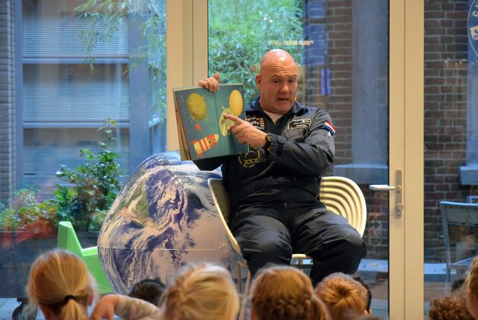 Astronaut André Kuipers leest voor in Veenendaal.