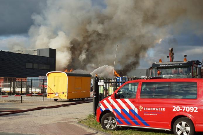 De brandweer is met veel wagens aanwezig.