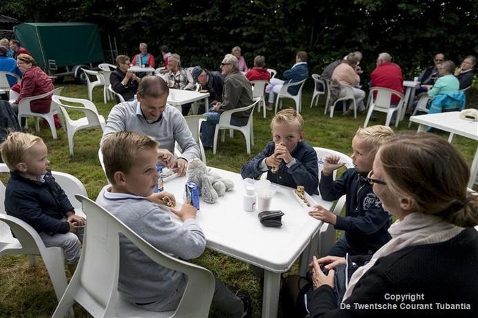 De familie Beens uit Genemuiden geniet bij de eerste stop van pannenkoeken.